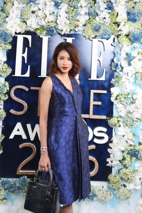 Phạm Hương diện trang phục và túi xách Dior; Đồng Hồ & Nhẫn Serpenti bằng vàng trắng nạm kim cương của thương hiệu BVLGARI