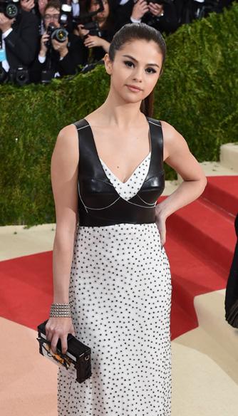 Selena Gomez trong trang phục Louis Vuitton và nữ trang Cartier