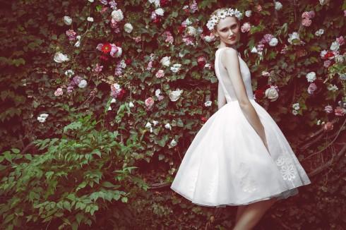 Gợi ý chọn váy cưới đẹp cho cô dâu có chiều cao khiêm tốn - ellevietnam 03 Độ dài váy ngắn mang đến cho cô dâu vẻ ngoài gợi cảm, năng động nhưng cũng không kém phần nữ tính.