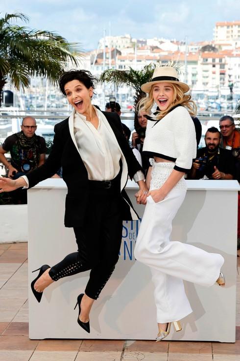 Nữ diễn viên người Pháp Juliette Binoche và Chloe Moretz tươi vui trên thảm đỏ Cannes 2014 trong trang phục trắng đen vô cùng chic