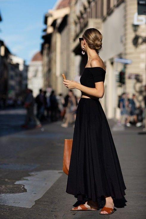 Màu của dép và màu của phụ kiện đi kèm không nhất thiết phải giống nhau bạn nhé! Miễn sao nó mang tông phù hợp với màu sắc có trên trang phục là được.
