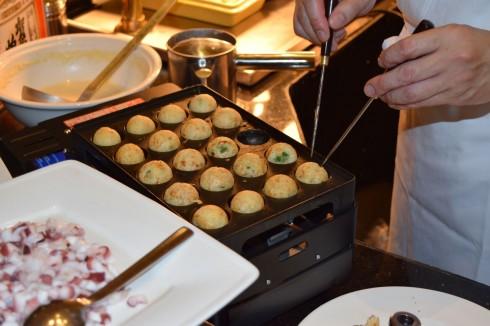 Đích thân mang chiếc máy làm bánh Bạch tuộc từ Nhật Bản sang, Yoshinori Nagaoku hy vọng sẽ giới thiệu được nhiều món ăn đặc sắc của ẩm thực Nhật Bản.
