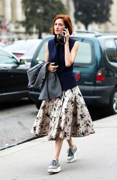 kết hợp chân váy với giày sneaker nữ