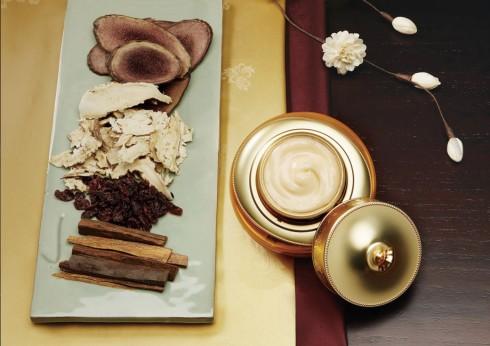 Sản phẩm của Whoo chính là kết tinh của khoa học hiện đại và văn hóa Hoàng cung với nhiều thành phần dược liệu quý hiếm như Đông trùng hạ thảo, lộc nhung, đàn hương, nhân sâm…