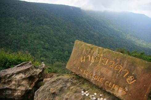 Nếu đã đến Khao Yai và thăm National Park, bạn không thể không ghé Pa Deo Die Cliff. Từ mỏm đá thần kì này, bạn có thể phóng tầm mắt thưởng ngoạn phong cảnh thiên nhiên hết sức hùng vĩ