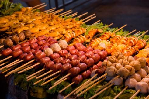 Những món ăn đường phố dạng xiên que của người Thái, 1 xiên khoảng Bt10 (7000 VND)