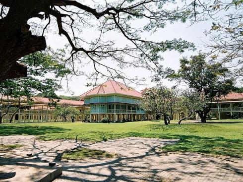 Tiếp đó hãy đến tham quan Klai Kangwon Palace - Nơi vị vua thứ 6 của Thái Lan xây dựng cách đây hơn 100 năm. Kiến trúc Đông Dương cổ kính được bảo tồn cẩn thận cho đến nay với sự tôn kính của người dân đã khiến nhiều du khách ghé thăm trầm trồ ngưỡng mộ. Nghe kể rằng, vị vua thứ sáu này cho người xây dựng cung điện Klai Kangwon để vua đến nghỉ Hè. Tuy nhiên từ lúc xây dựng cho đến khi vua băng hà, ông chỉ ghé thăm đúng hai lần vì công việc quá bận. Sau này, nơi đây được mở ra cho công chúng chiêm ngưỡng. Du khách khi đến đây sẽ được nhắc nhở mặc áo có tay, mặc váy hoặc quần dài dưới đầu gối. Nếu bạn quên không  mặc đồ phù hợp, đừng lo, nhân viên nơi đây sẽ phát cho bạn những chiếc váy áo giúp che phủ bớt da thịt.