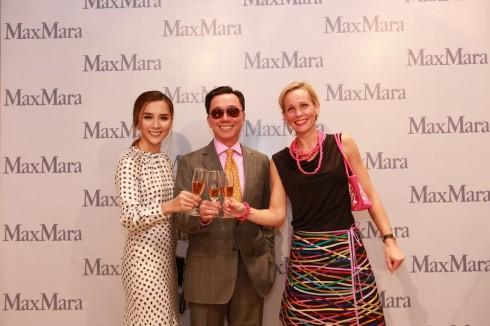 Dương Trương Thiên Lý cùng đại diện của thương hiệu Max Mara và đại diện Đại sứ quán Ý tại Việt Nam.