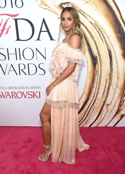 Ca sĩ Ciara với thiết kế của Roberto Cavalli và giày của Stuart Weitzman