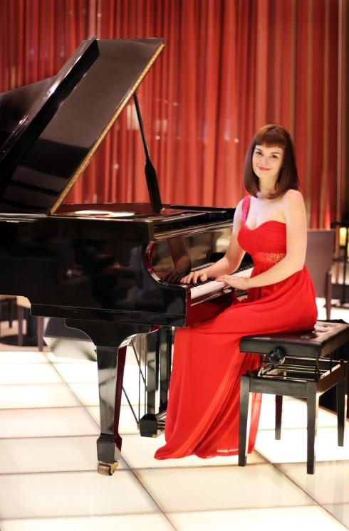 Ca sĩ và nghệ sĩ dương cầm người Pháp Gabrielle Jeanselme sẽ trình diễn tại Sông Hồng bar đến hết tháng 7.2016