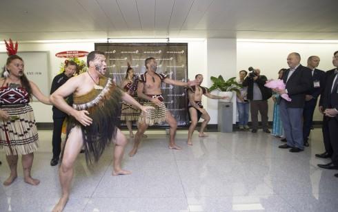 Hành khách được chào đón với màn trình diễn Kapa Haka truyền thống của New Zealand