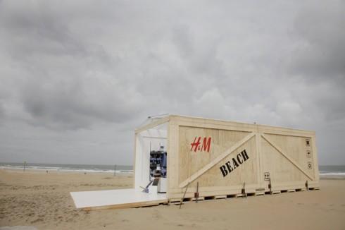 Cửa hàng pop-up của H&M được ngay trên bờ cát vô cùng đơn giản nhưng sành điệu.
