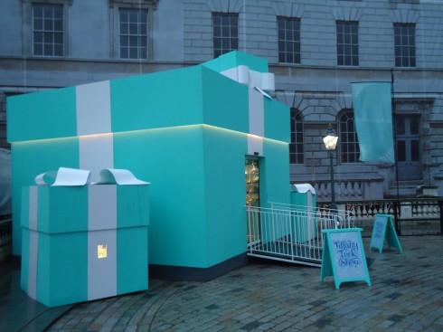 Cửa hàng pop-up trong hình hộp đựng trang sức truyền thống của Tiffany & Co