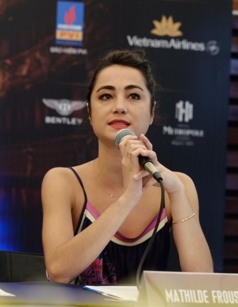Mathilde Froustey chia sẻ với báo giới cảm xúc đặc biệt của mình khi được diễn tại Việt Nam.