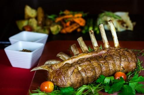 Sườn cừu New Zealand mềm thơm được phục vụ tại nhà hàng Hemispheres Steak & Seafood Grill tháng 7 này.
