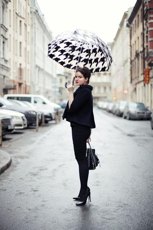 8 cách phối đồ sành điệu cho ngày mưa - ellevietnam 16