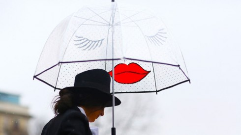 8 cách phối đồ sành điệu cho ngày mưa - ellevietnam 17