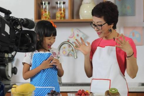 """2.Bé  Gạo Nếp- Con gái của ca sĩ Thái Thùy Linh là một khách mời nhí của chương trình Nấu nướng thật là vui!"""""""