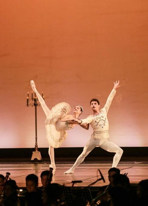 Nữ vũ công ballet Mathilde Froustey cùng bạn diễn thể hiện những tác phẩm ballet cổ điển.
