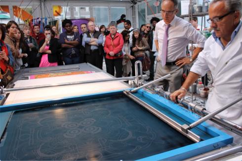 Quy trình sản xuất thủ công để tạo ra một chiếc khăn lụa