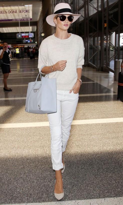 Thanh lịch và thoải mái trong gam màu pastel ngọt ngào nữ tính, một bộ outfit hoàn hảo xuống phố mà cô nàng Rosie Huntington lựa chọn