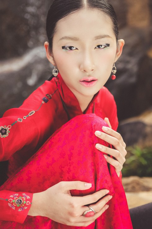 Áo dài thắt eo cổ điển quyến rũ của Lê Thanh Phương