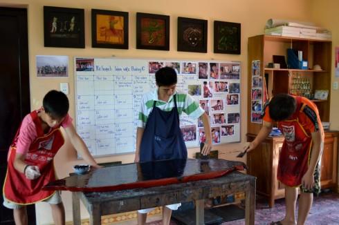 Sáng tạo nghệ thuật là công việc nghiêm túc tại Xưởng Sơn Mài Tịnh Trúc Gia