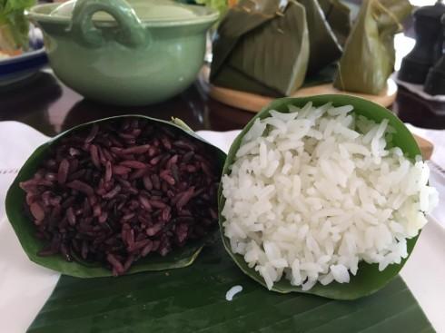 Cơm trắng hoặc xôi nếp cẩm được gói trong lá chuối thành hình chóp nón được phục vụ cùng các món ăn.