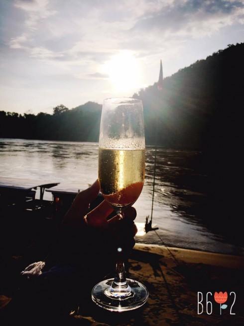 Vừa nhâm nhi ly sâm-panh mát lạnh, vừa ngắm chiều xuống trên dòng sông Mê Kông.