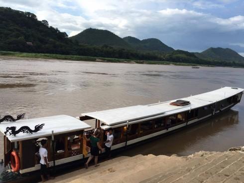 Con tàu Luxury on Mekong dài 28 mét được trang bị đầy đủ như một khách sạn nổi trên sông đón khách ngay tại bến.