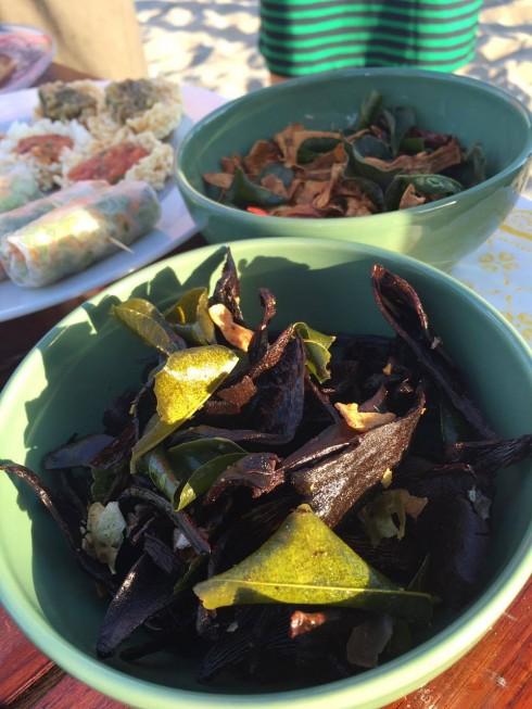 Món nấm sấy khô, chiên giòn thơm vị lá chanh và ớt.