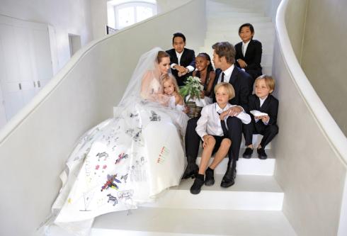 Cả thế giới đều nâng li chúc mừng cô dâu Angelina Jolie và chú rể Brad Pitt.