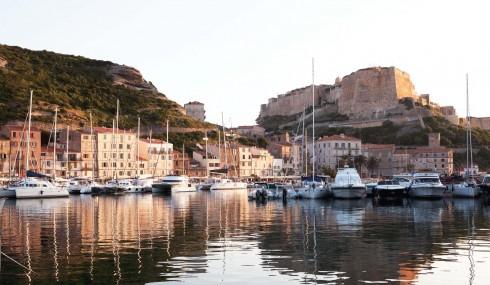 Hoàng hôn dần buông ánh vàng trên cảng Ajaccio