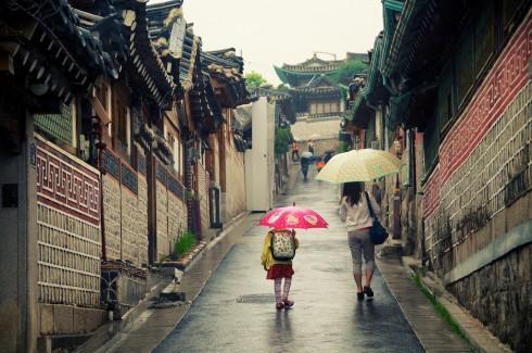 Du khách đi dạo ởBukchon Hanok.