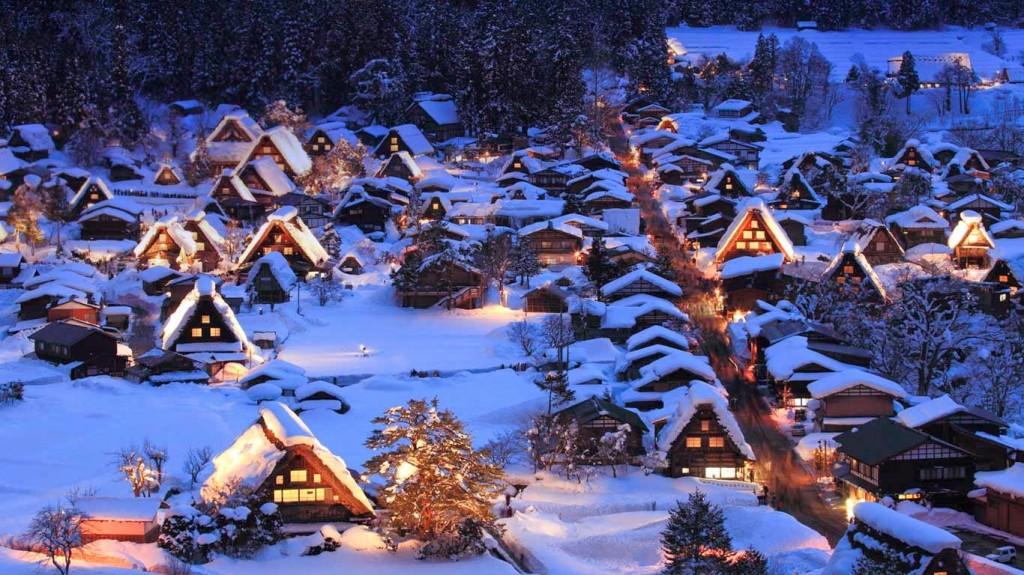 Du lịch bụi làng Shirakawa-go trong tuyết trắng.