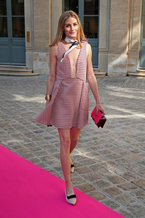 Olivia Palermo dùng thiết kế mang phong cách tối giản với gam màu hồng nữ tính