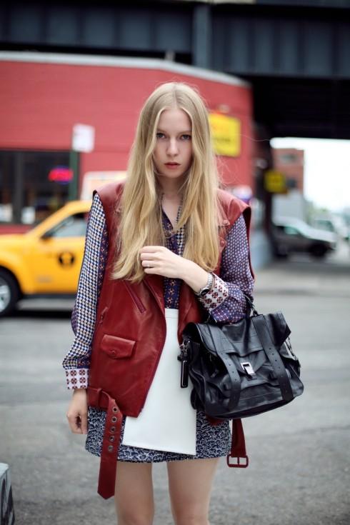 Carolina Engman  kết hợp trắng-đen-đỏ trong cùng một set đồ một cách hài hòa.