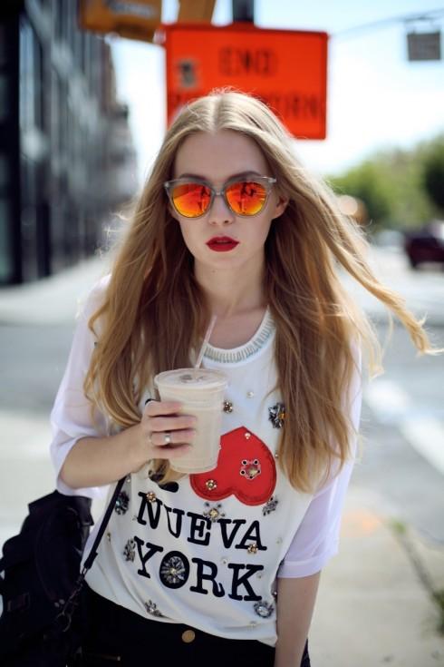 Mái tóc vàng và bờ môi đỏ mang đến cho  Carolina Engman vẻ đẹp đậm chất cổ điển.