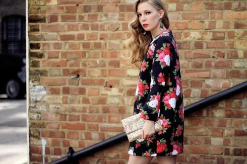 Carolina Engman với váy dáng suôn họa tiết hoa nữ tính của Carolina.