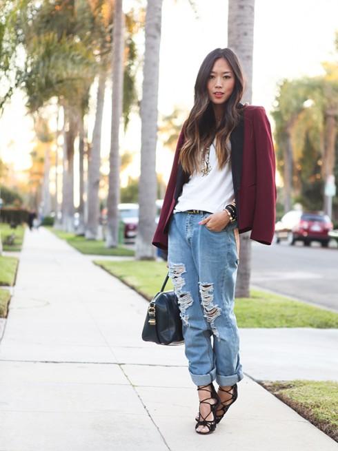 Aimee Song phong cách menswear với quần jean baggy và áo blazer màu đỏ burgundy.