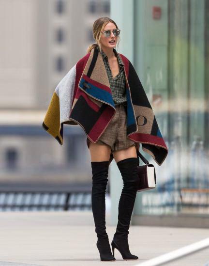 Olivia Palermo dùng áo choàng cape với họa tiết ấn tượng kết hợp cùng boots cao cổ.
