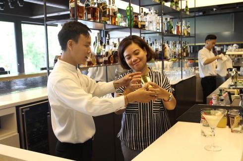 Các bartender chuyên nghiệp hướng dẫn các vị khách tự tay pha chế những ly cocktail của riêng mình.