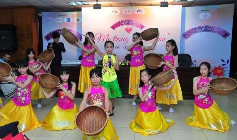 Tốp múa các em học sinh THCS Nguyễn Công Trứ biểu diễn tại buổi họp báo phát động cuộc thi.