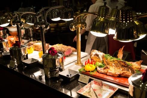 Bữa trưa Chủ nhật llà nơi thưởng thức những hương vị ẩm thực mới mẻ, trải nghiệm những món ăn Âu, Á đặc sắc trong khi thưởng thức nhạc sống do ban nhạc Flamenco trình diễn