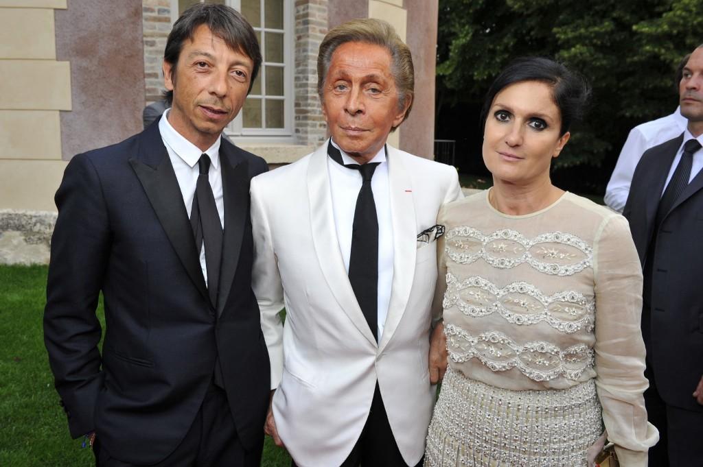 Maria Chiuru và Pierpaolo Piccioli chụp hình cùng với người sáng lập thương hiệu Valentino, nhà thiết kế Valentino Garavani.
