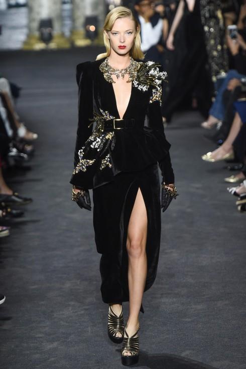 Mẫu váy nhung đen xẻ cao táo bạo mở đầu show diễn của Elie Saab