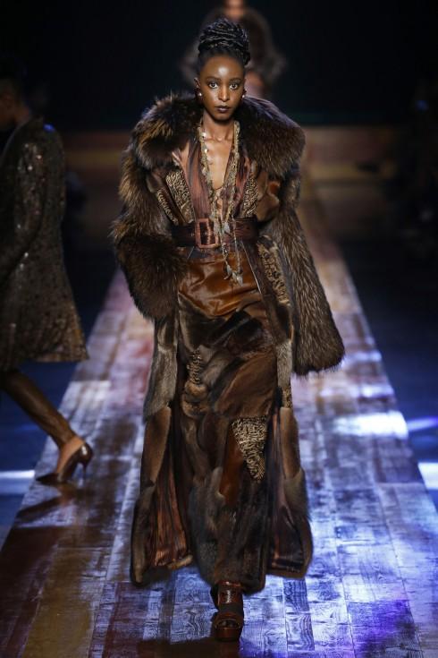 Hình ảnh của gỗ được khắc hoạ trong những thiết kế lông thú của Jean Paul Gaultier