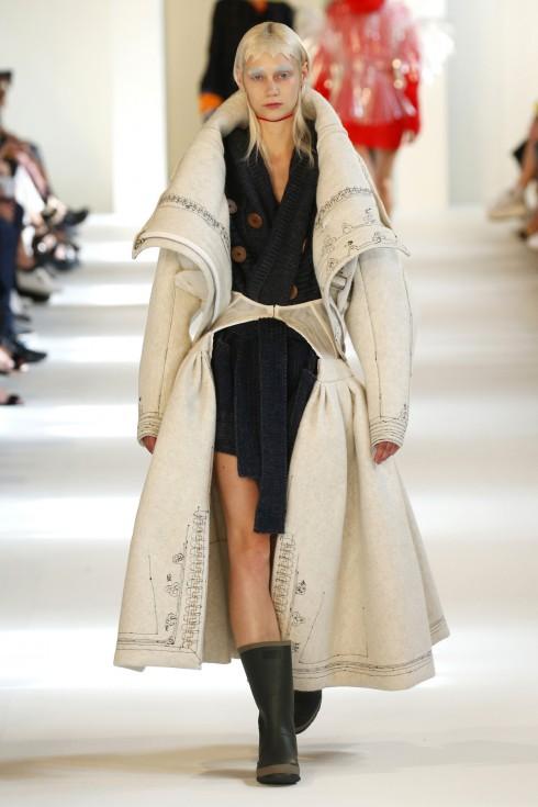 Chiếc áo khoác váy độc đáo từ John Galliano