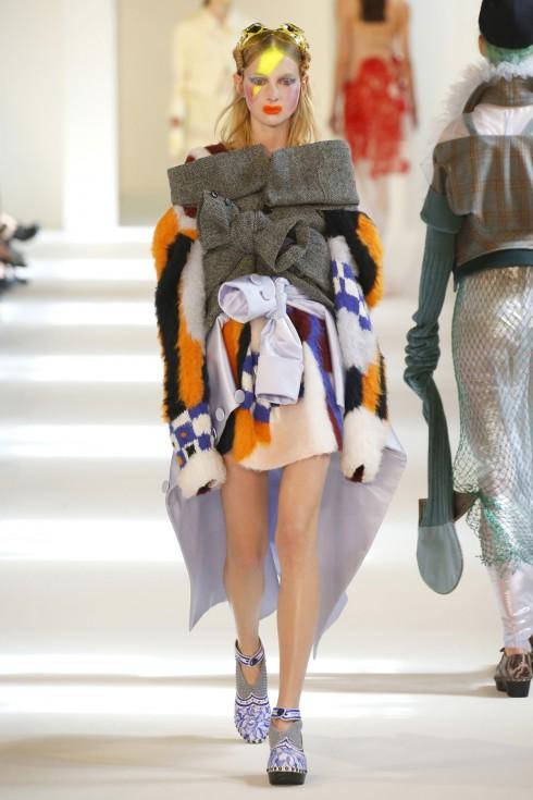 Những chiếc áo khoác được mặc ngược vời phần tay áo được sử dụng như thắt lưng của John Galliano dành cho Maison Margiela