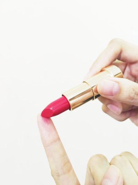 Bí quyết làm đẹp cho đôi môi : Thử son bằng ngón tay